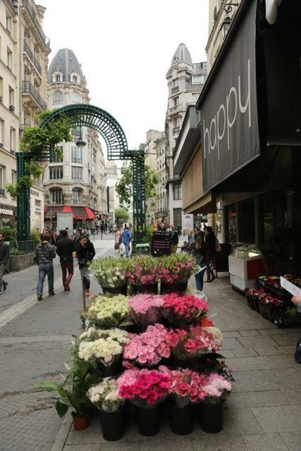 Juste à côté du passage du Grand-Cerf s'étend l'ancien quartier du Mont-Orgueilleux. La rue Montorgueil existe sous ce nom depuis le XIIIè siècle. On peut toujours flâner entre les étals colorés des marchands des quatre-saisons.