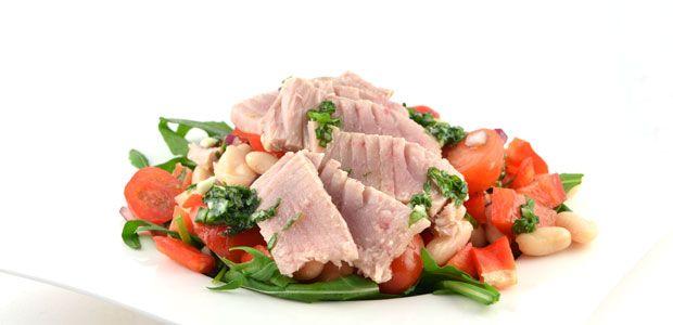 Over de cannellinibonen salade met gerookte tonijn Deze cannellinibonen salade met gerookte tonijn is super lekker als je zelf de tonijn rookt. Je kunt de tonijn ook gewoon bakken of tonijn uit blik nemen.Zelf roken is super makkelijk. Het kan gewoon met een rookpan die je