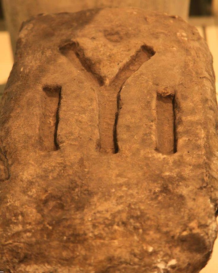 Bloc de piatră aflat la Muzeul Regional de Istorie din Shumen, Bulgaria.
