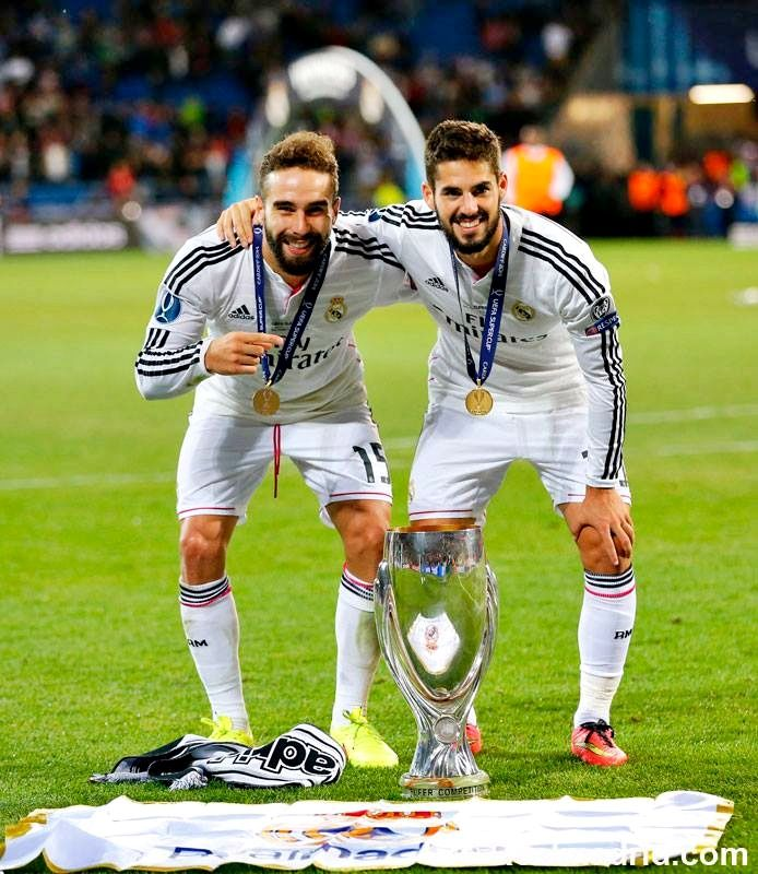 Dani Carvajal y Isco Alarcon con la supercopa de europa.