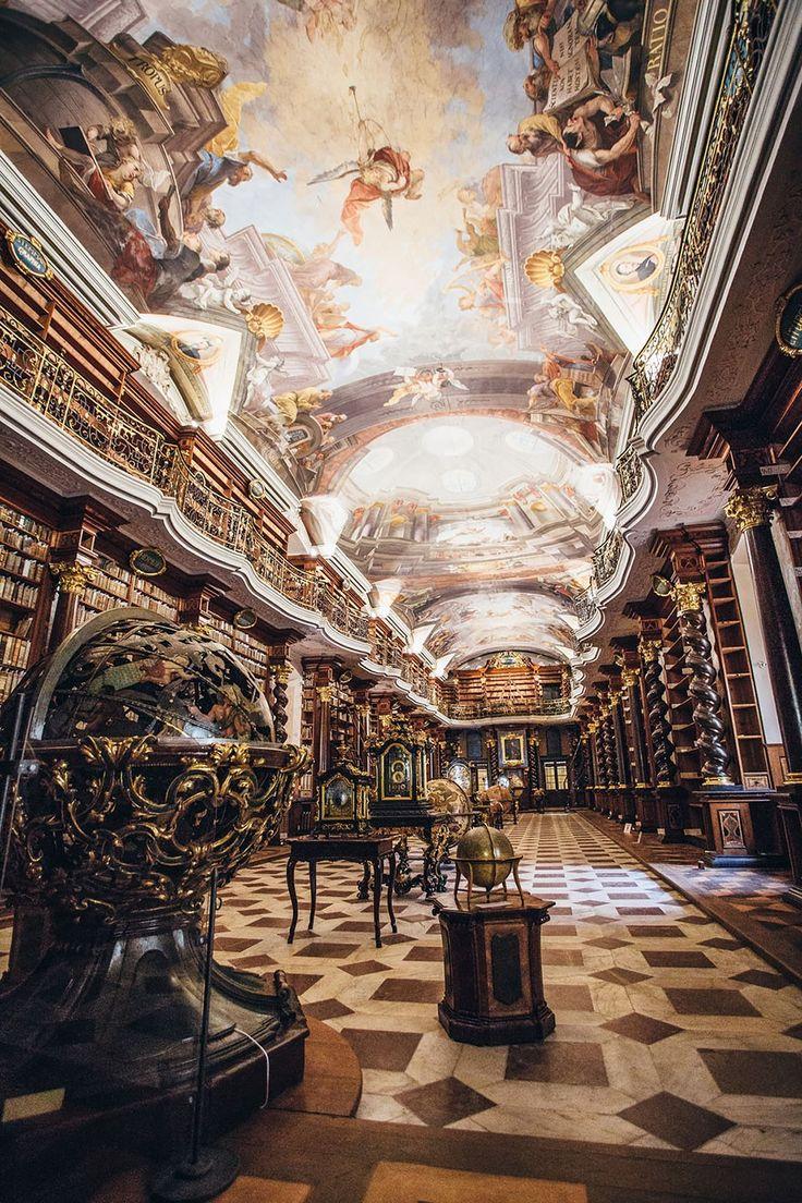 Clementinum, que fica em Praga, na República Tcheca. Ele foi eleito pelo site Bored Panda como a biblioteca mais bonita do mundo. Construído em 1722, o edifício é uma pérola da arquitetura barroca. O Clementinum abriga cerca de 20 mil livros e foi por muito tempo considerado como o terceiro maior colégio jesuíta do mundo. O teto é repleto de afrescos do pintor Jan Hiebl.