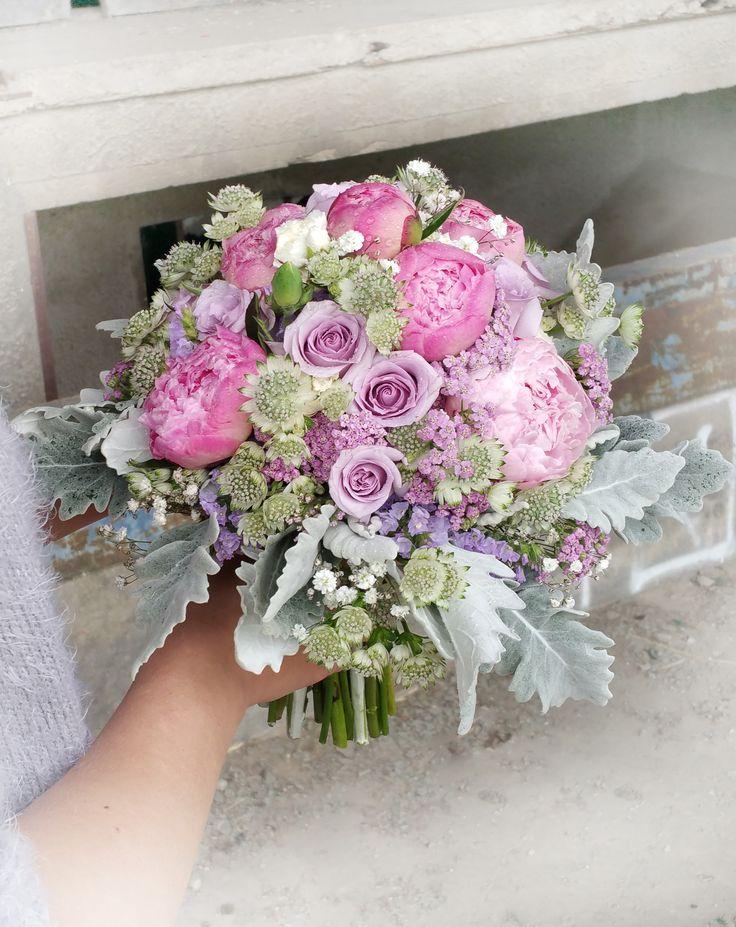 Svadobná kytica v ružovo fialových tónoch. Kombinácia prekrásnych ružových pivónií a fialových ruží. #weddingflower #peonia #roses #seneciocineraria #purpleroses #bridalbouquet #weddingday #slovakia #kvetyexpres