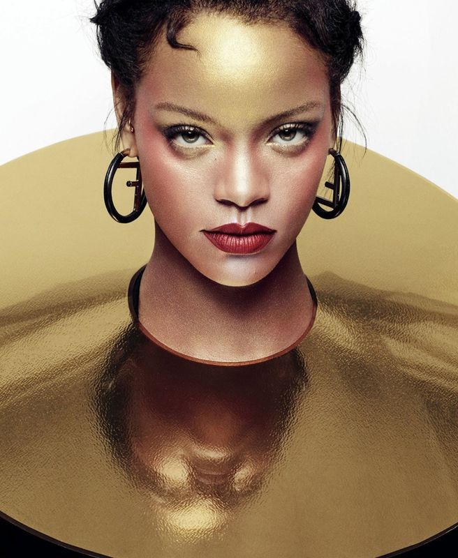 ara celebrar o lançamento da sua coleção de maquiagem Fenty Beauty, Rihanna é a estrela da edição de outubro da ELLE US. Com fotos de Sølve Sundsbø, a estrela surge numa maquiagem metálica em forma…