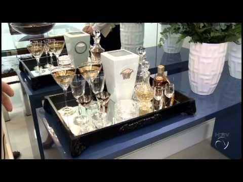 UM APARTAMENTO COMPACTO ESTILOSO, COM CORES PONTUADAS copa e cozinha com pastilhas de vidro translucidas