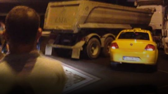 Hafriyat kamyonları tankların karşısında  İstanbul Emniyet Müdürlüğünün de üzerinde bulunduğu Vatan Caddesi darbeciler tarafından trafiğe kapatılınca emniyet güçleri ve vatandaşlar bölgeye gelmeye başladı. Tanklarla yolu trafiğe kapatan darbecilerin İstanbul Emniyet Müdürlüğüne ulaşamaması tankların önüne geçen halk, hafriyat kamyonlarını barikat yaparak tankların geçişini engelledi. Sabaha kadar süren nöbetlerin sonunda tanklar emniyet güçleri tarafından mühi