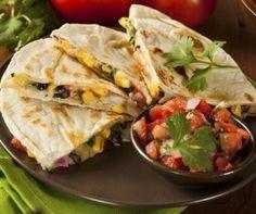 A tortilla népszerűsége óriási: többféle ízben és formában kapható, sokáig eláll, zsírszegény és változatosan felhasználható, nem mellesleg a mélyhűtést is jól tűri.A számlájára írandó még, hogy gyorsan és egyszerűen lehet szuperízletes fogásokat készíteni belőle. Íme 3 tipp a felhasználására.