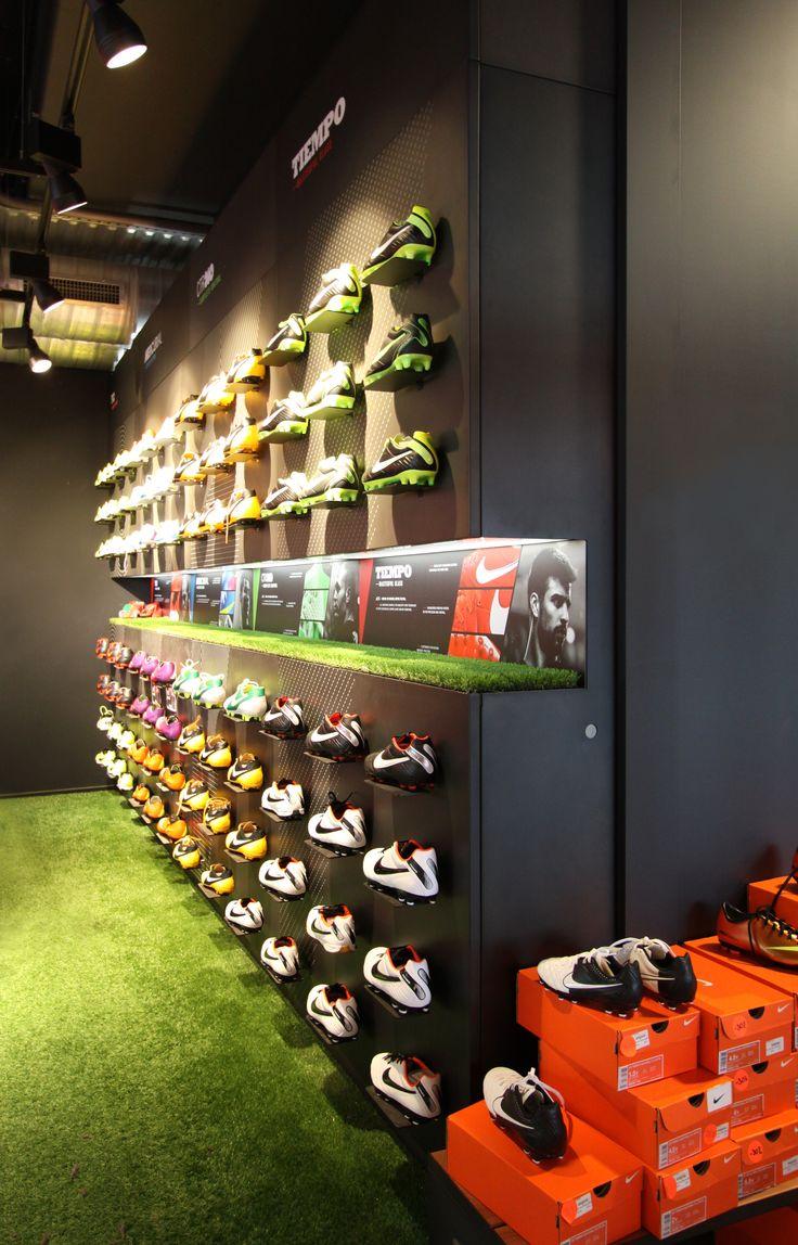 #wandsysteem Nike store - #schoenenwand