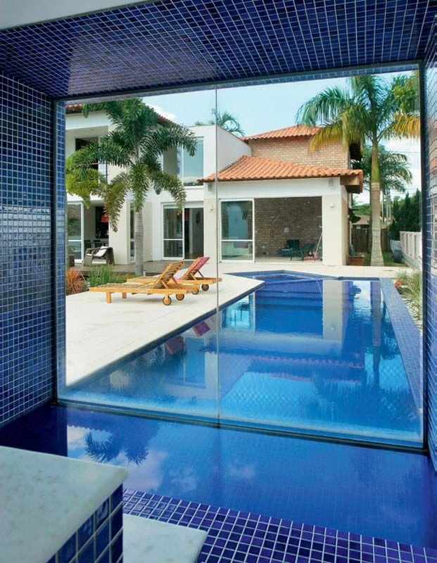 Basta um mergulho para transitar entre a piscina da Tavares Duayer Arquitetura e e a sauna. O vidro temperado, que chega até o nível da água, fca apoiado numa barra de inox arredondada para não machucar