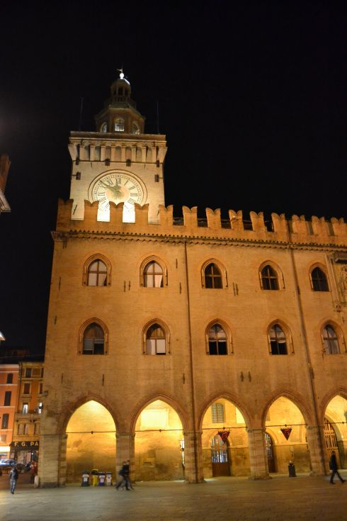 Piazza Maggiore ,Bologna. My hotel was right across the plaza from here. Mwah!!