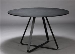 Vedligeholdelsesfrit, rundt spisebord til ude eller inde brug. Bordplade af imiteret skifer i farven sort, der ikke genskin fra sollys. Galvaniseret, sortlakeret stel. Justerbare fødder på alle ben. Nemt af adskille og samle. Dansk design. Langtidsholdbare materialer.<br> Bordet har Ø 120 cm. H. 74 cm. Leveres usamlet i originalemballage. Vægt ca. 65 kg.