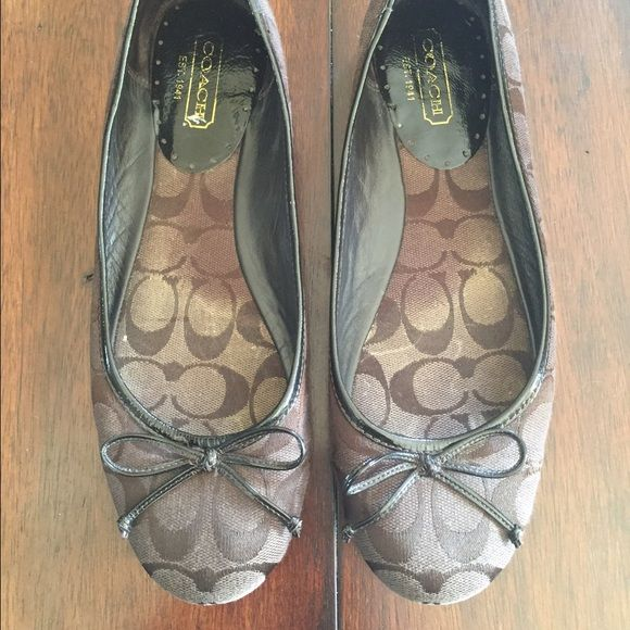Cute coach flats These brown coach flats with bows on the toes have been worn but are still in excellent condition! They are a size 9.5. #brown #coach #flats #cute #shoefie Coach Shoes Flats & Loafers