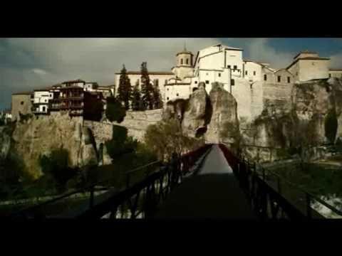 Este video es un video turístico de Castilla La Mancha. Muestra muchos aspectos diferentes que la región puede ofrecer. La naturelza, la iglesia y también la comida.
