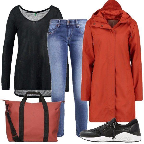 Outfit, perfetto per partire per un weekend fuori porta con tempo non proprio propizio, composto da impermeabile color ruggine, t-shirt manica lunga nera, jeans, scarpe basse nere e borsa color ruggine.