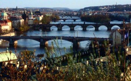 Vista desde Letna Park de los puentes sobre el rio Moldava en Praga - República Checa