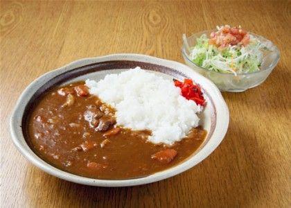 カレーライスも外国人に人気な日本料理です。本場のインドカレーは海外でもよく知られていてインドカレーのレストランはどこに行っても見かけますが、日本のカレーライス専門のレストランはないので、外国人にしてみればある意味初めての味かもしれません。欧米人は辛い物が苦手な人も多いので事前に聞いておく必要がありますが、カレー好きな人には是非食べてほしいのが日本の家庭料理のカレーです。本当は簡単にできるのに、ものすごく手間のかかってそうな料理に見える点も嬉しいポイント。豚がダメ、牛がダメという人もいるので、チキンカレーが一番無難です。