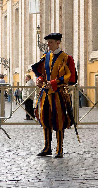 La Guardia Suiza del #Vaticano, con sus pecualiares trajes. http://www.viajararoma.com/ciudad-del-vaticano/
