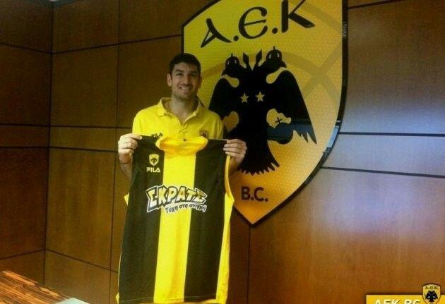 Βασίλης Ξανθόπουλος γεννήθηκε στις 29 Απριλίου του 1984 στον Πειραιά και έχει ύψος 1μ.88.