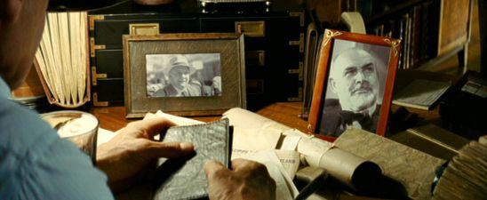 In dem wohl berührendsten aller Indy-Momente sehen wir den Sohn, wie er gedankenverloren ein Porträtfoto des alten, verstorbenen Herrn anblickt, das eingerahmt auf seinem Schreibtisch steht. Für zehn Sekunden haben wir Connery wieder zurück. Harrison Fords Blick enthält alle Emotionen und Gedanken, die seine Figur gegenüber dem allmächtigen Vater bereithält: Skepsis, Liebe, Vertrauen, Unvertrauen, Hoffnung, Wunsch nach Anerkennung.