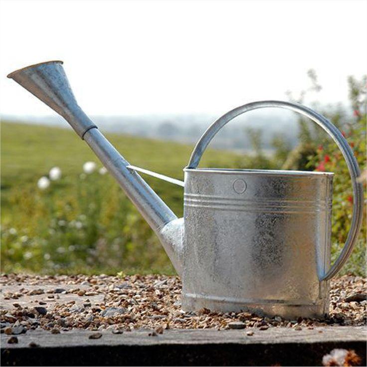 """Wenn der Garten durstig ist, kommt die Profi-Gießkanne """"Wasserfall"""" zum Einsatz. Für die Gärtnerin sind die 9 Liter Wasserinhalt kein Problem. Die Kanne lässt sich gut am Körper tragen. Durch den..."""