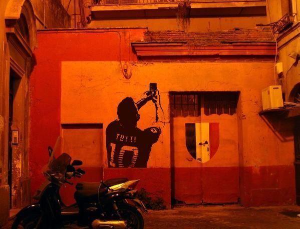 Zabawne zdjęcie Francesco Tottiego • Śmieszne foty w piłce nożnej • Selfie Tottiego malunkiem na ścianie • Wejdź i zobacz więcej >> #totti #football #soccer #sports #pilkanozna #funny