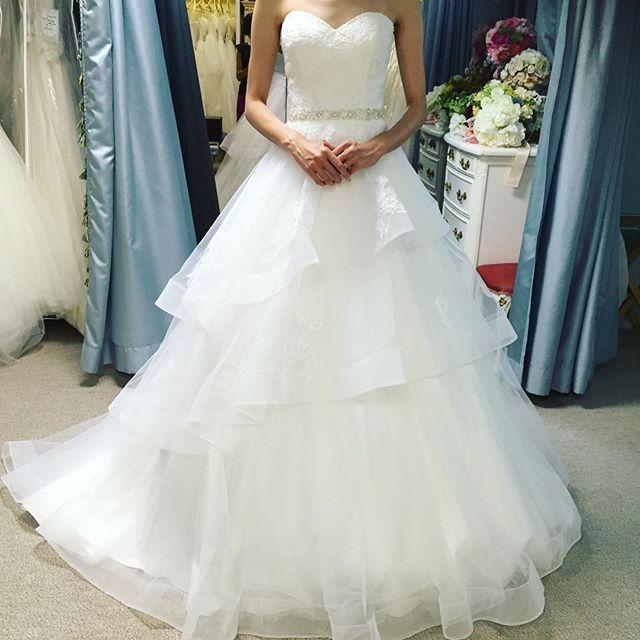 ニューヨークで買い付けた新作のウェディングドレス。 お客様に着ていただいたら、ものすごくスタイル良く見えてびっくり。 フワフワのフレアーの動きがとても綺麗なんですよ。 フリフリは可愛くなりすぎてしまうけど、このドレスは胸元のカットやレースが素敵なのでキレイめに着ていただけます♡ レンタルは15万円。 ご興味ある方お問い合わせくださいね♡  #whitebyverawang #カラードレス #マリーミーレジーナ #ドレス迷子 #結婚式 #結婚式準備 #プレ花嫁 #イヤリング #ペーパーアイテム#DIY #前撮り #後撮り #二次会 #ウェディングアクセサリー #ブライダル #ウエディング #ベール #ブライダルシューズ #ウェディングドレス #お色直し #海外挙式 #パンプス #ミニドレス #ブーケ#verawang
