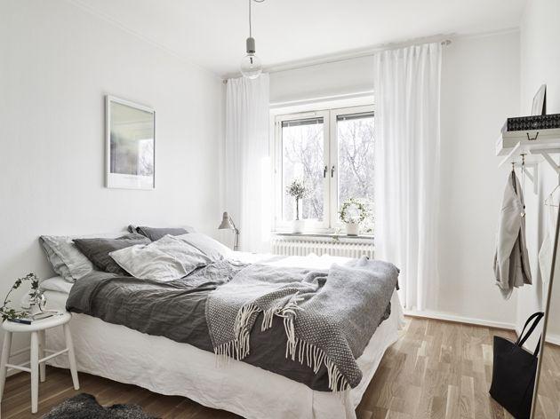 A hálószobát is a fehér és a szürke uralja, így van értelme a szürke ötven árnyalatának. (Fotó: stadshem.se)