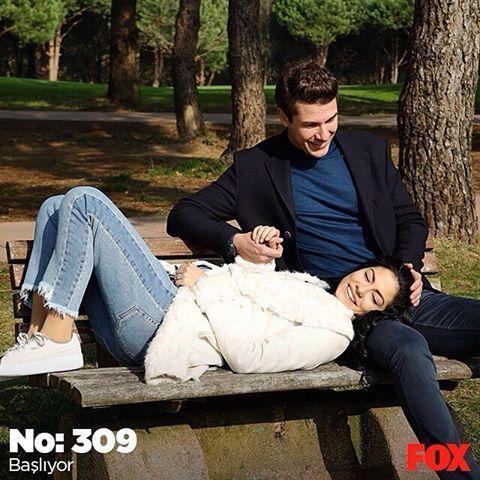 Dikkat! Yeni bölüm yüksek doz romantizm ve balayı macerası içermektedir. 😎 No: 309 şimdi FOX'ta. #sürprizbalayı #sendegelFOXa #FOX #FOXTurkiye #yenibölüm #şimdi #başlıyor #dizi #lalon #No309 #çarşamba