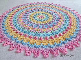 Olá!  Hoje trouxe esta toalha redonda de crochê Candy Colors que fiz toda com o fio Duna da Círculo.  Teci a partir da toalha arco-íris da p...