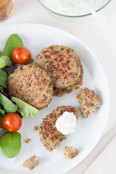 Prepariamo insieme delle buone polpette di quinoa e lenticchie, un mix perfetto per vegetariani che hanno bisogno di fare il pieno di proteine.