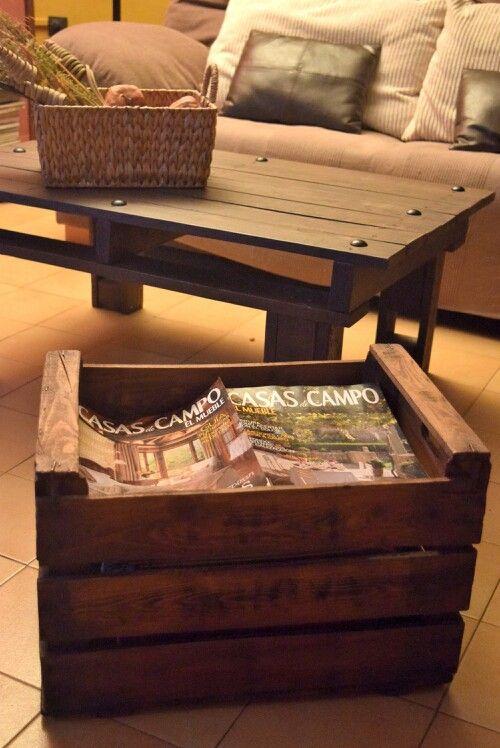 Caja de fruta de madera antigua restaurada como revistero