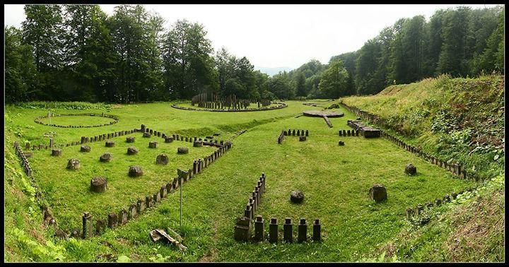 Sarmizegetusa Regia (cea regească) situată în satul Grădiştea Muncelului, judeţul Hunedoara, capitala Daciei preromane.