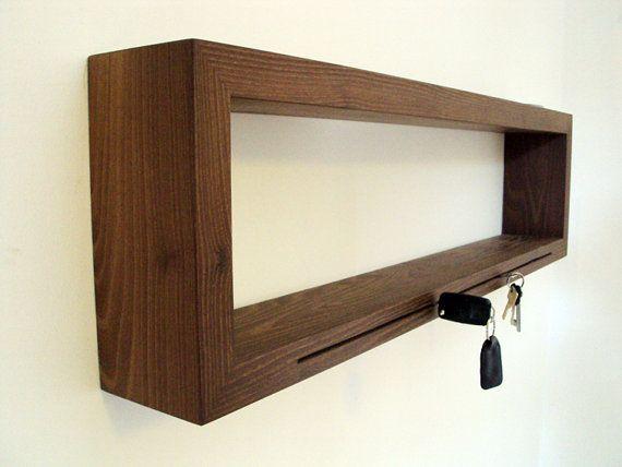 Schlüssel steckt im Holz, Holz hängt an Wand. Praktische Variante die Schlüssel und Vieles mehr, was ständig benutzt wird elegant zu versorgen, und sofort auch wieder zu finden.  Wird mit Aufhängung ausgeliefert.  Kann auch aus anderem Holz, und anderer Bemaßung gebaut werden!  Freue mich immer über Anfragen.  Verwendete Materialien:  Nußbaumvollholz, Öl,  Größe/Maße:  Breite: 100cm Tiefe: 12cm Höhe:26cm  Materialstärke: 40mm