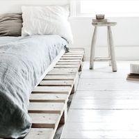 """""""夢うつつ""""と""""目覚め""""をつなぐ家具。ベッドサイドテーブルのある素敵な風景"""
