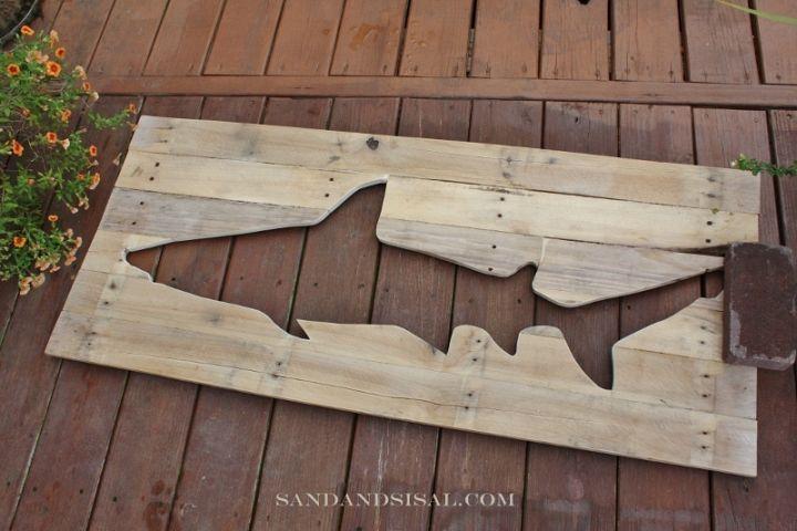 DIY Shark Pallet Artwork http://www.sandandsisal.com/2012/07/pallet-art-shark.html