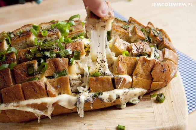Odrywany chleb z serem i zieloną cebulką