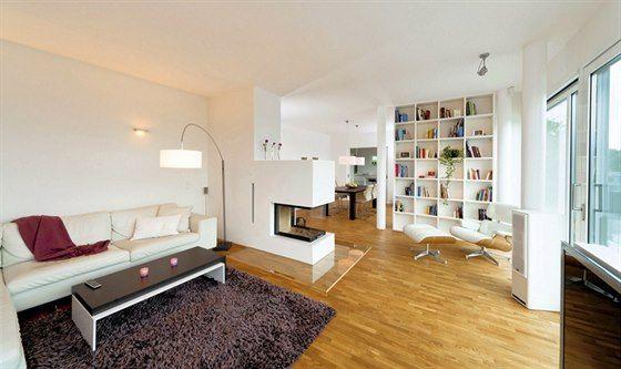 Společnými jmenovateli interiéru jsou hladké bílé omítky, jednoduchý bíle lakovaný nábytek a podlaha z přírodního dubu. Sezení v obývacím pokoji je částečně odděleno rohovým krbovým tělesem, celá jižní polovina domu však tvoří jednolitý prostor.