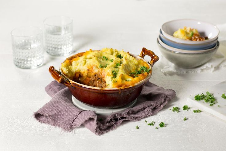 En britisk klassiker som har en stadig økende popularitet på norske middagsbord. Fyldig kjøttgryte av lam eller annen type kjøtt og med potetmos som gratineres på toppen.