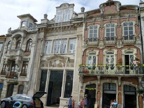 Casa de Arte Nova, Aveiro. A Arte Nova não deixa de ser mais um tipo de estilo, marcado por um período, e que neste caso foi o início do séc. XX, mais precisamente entre os anos de 1905/1920, tendo o seu período de duração de 15 anos. Arte Nova surgiu em Portugal através da burguesia urbana, mais concretamente em Lisboa, Porto e Aveiro.