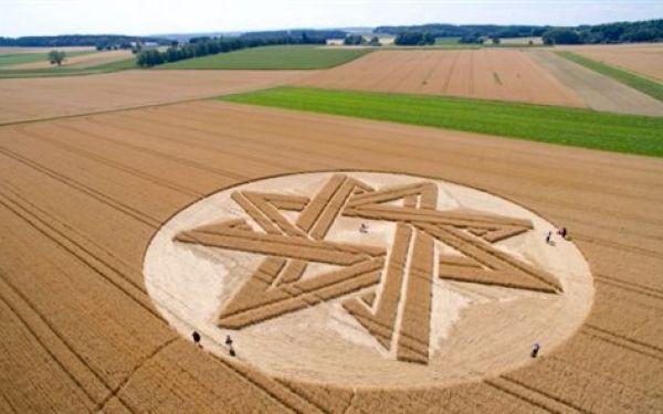 Η ΜΟΝΑΞΙΑ ΤΗΣ ΑΛΗΘΕΙΑΣ: Σαμάνοι και εξωγήινοι σε χωράφι στη Βαυαρία.(Εικόν...