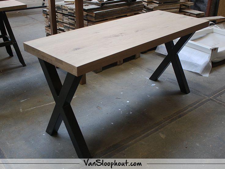 Strak & robuust tafeltje van Rustiek New Oak en een industrieel stalen X-frame! #rustiekeiken #eikenhout #oak #frame #tafel #woonkamer #eetkamer #interieur #interior #industrial #industrieel #design #robuust #wonen #horeca #kantoor #inspiratie #vtwonen #custommade #maatwwerk
