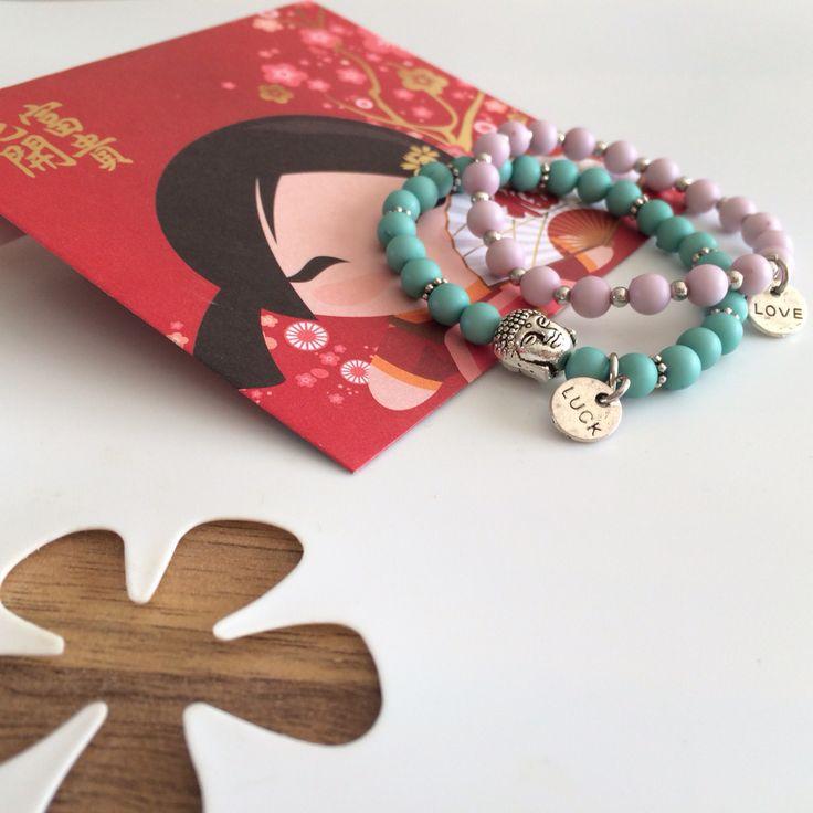 Deze lieve armbandjes geef je wanneer je iemand veel geluk wenst. In een mooie Chinees envelop.