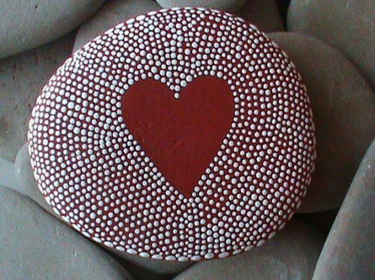 Pünktchenmuster rotes Herz malen einfache Bastelideen mit Steinen