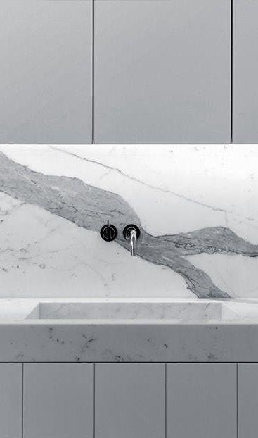 Granito con mármol en una cocina. GRIS Y BLANCO!!!! La veta grande se ve increíble y da un toque natural y surrealista a la cocina.