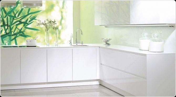 hoogglans witte keuken met witte keuken achterwand