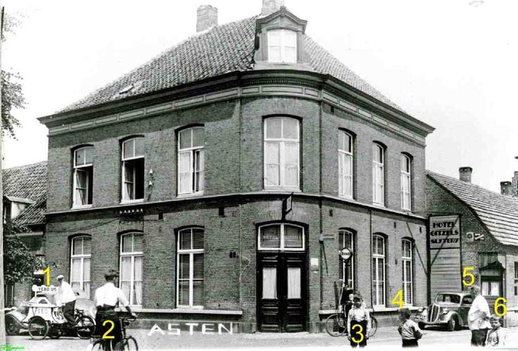 0210155 Hotel Gitzels op de hoek Burg. Wijnenstraat Markt c.a. 1941: met de ijscowagen Vebo-ijs. 1. Toon Verdonschot. Wie zijn de andere personen en wie kan meer vertellen van de foto?
