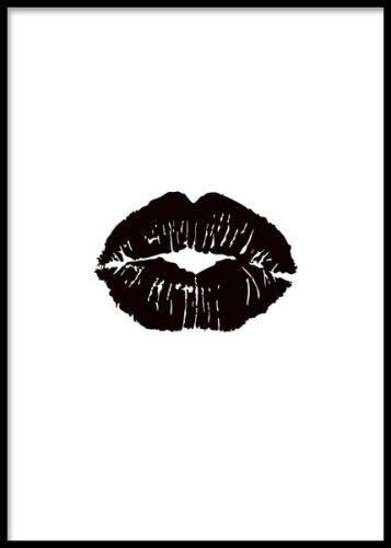 Black lips, poster. Tavla med pussmun på vit bakgrund. Snygg trendig affisch med svarta läppar på vit bakgrund. Väldigt fin grafisk poster som är snygg ihop med en eller flera posters med text i ett tavelcollage på väggen. Snygga till inredningen i ditt hem genom att kombinera denna snygga läpp-poster tillsammans med några av våra populära fashon posters och mode affischer.
