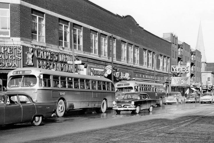 Bus de la ligne 15 sur la rue Sainte-Catherine Ouest à l'angle de la rue Guy, 1957 (Photo: Archives de la STM)