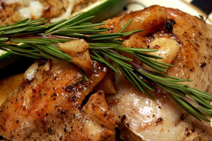 Deze Franse kip met 40 tenen knoflook is een perfect recept voor een familiediner op een ontspannen zondagmiddag. En het recept is heel makkelijk gemaakt.