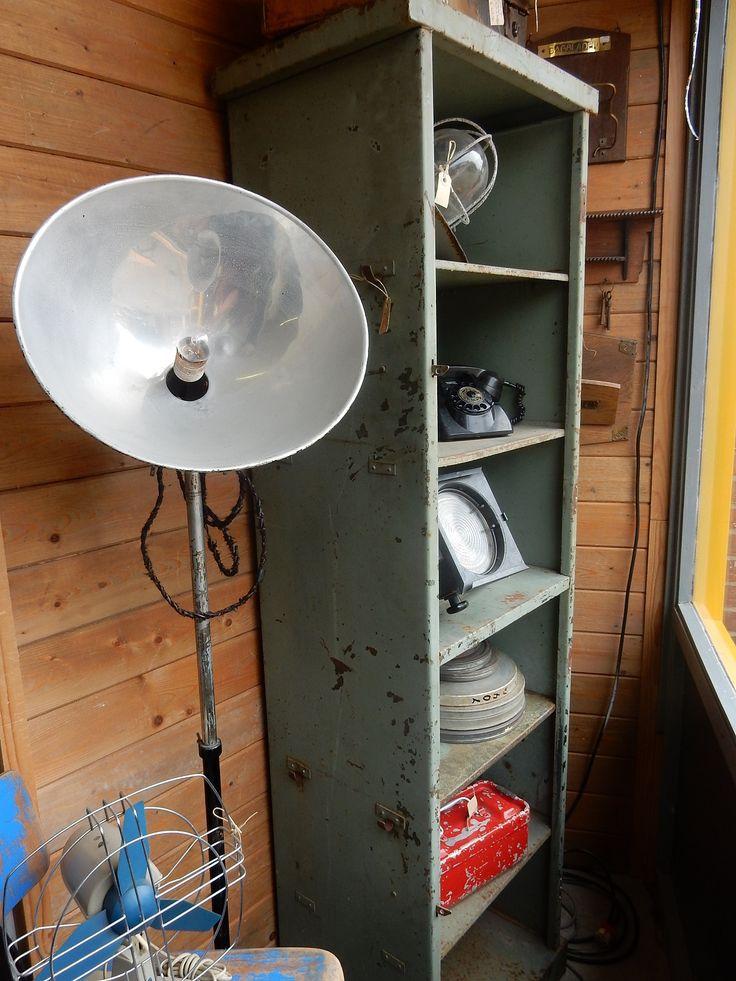 Stoere vintage locker industrieel. Voorzien van haken aan de zijkant. Te gebruiken voor diverse doeleinden. Bad-, slaap-, woonkamer of keuken. Afmetingen 186 cm hoog, 40 cm diep en 55.5 cm breed. Prijs € 150.00