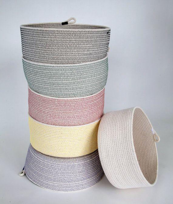 Sie sind auf der Suche auf einen 100 % Baumwoll Seil Korb von mir erstellt. Dies ist meine größte Korb mit vertikalen Seiten.  Ich verwende meine Industrienähmaschine und einen Zick-Zack-Stich, um es in eine schöne einzigartige Schale zu nähen. Das Stickgarn gibt es Kraft und Glanz. Die Schale ist flexibel, aber immer noch steif genug, um seine waren zu halten und behält seine Form. Erhalten Sie ein für sich selbst oder als Geschenk. Es kann alles von Potpourri, Handwerk und Spielzeug…